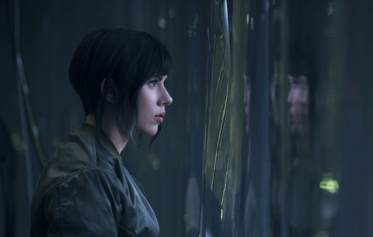 Scarlett Johansson spelar Kusanagi i Ghost in the shell. (Foto: Jasin Boland © MMXVI Paramount Pictures and Storyteller Distribution Co. All rights Reserved.)